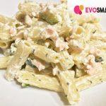 Primo piatto sfizioso con panna, salmone e zucchine