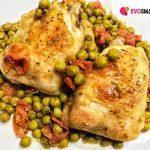 Sovracosce di pollo al forno con pomodorini e piselli