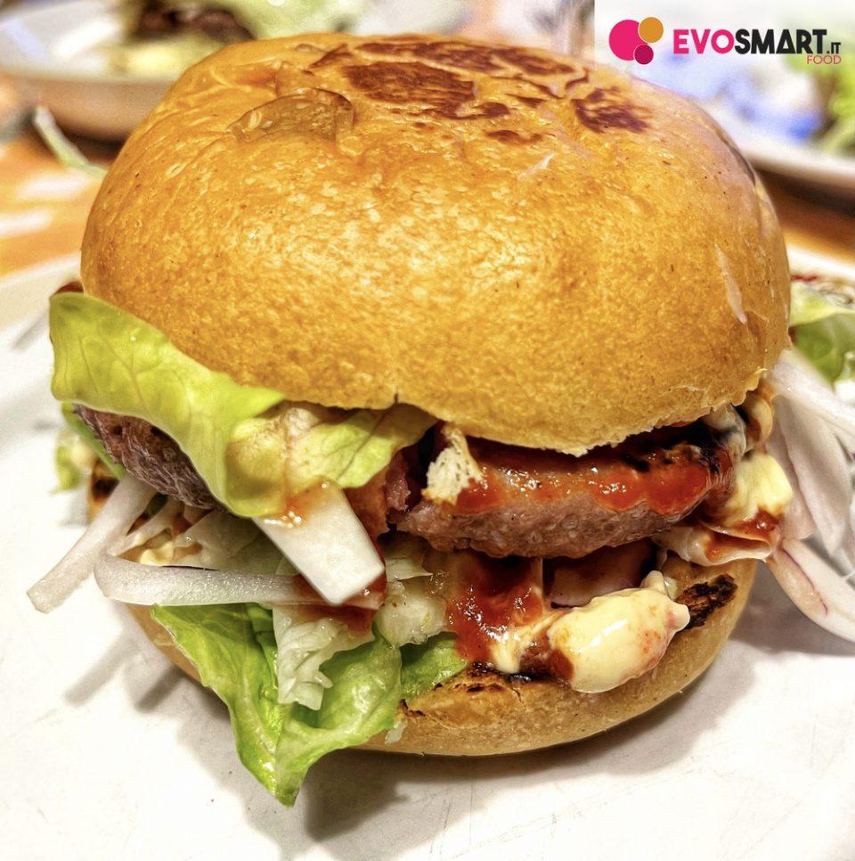 Hamburger perfetto con i panini al latte fatti in casa